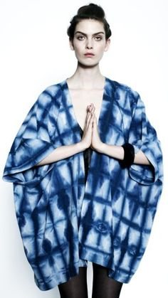 kimono in indigo grid Shibori Fabric, Shibori Tie Dye, Tie Dye Fashion, Look Fashion, Batik Mode, Tie Dye Techniques, Japanese Textiles, Dye Shirt, Tie Dye Patterns