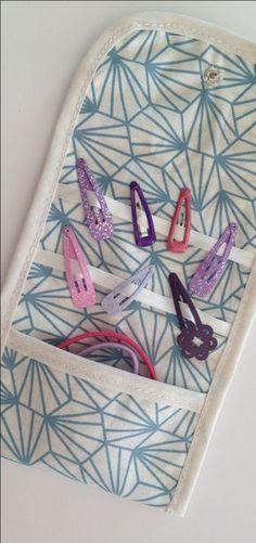 Tuto couture - cousez facilement cette pochette de rangement pour barrettes et élastiques. À retrouver sur mon blog Motis-Addict.fr !