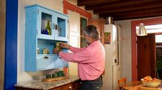 Una alacena es un armario con puertas y estantes que se usa para guardar alimentos o poner el menaje de cocina. La haremos rústica para que contraste y resalte el trabajo en platos y jarros realizados, en esta ocasión por una ceramista.