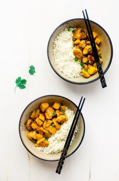 Whole 30 Mango Chicken with Coconut Cauliflower Rice - This paleo mango chicken is served over coconut cauliflower rice for a quick, easy and healthy spin on take-out that is ready in 30 mins! Recipe has a vegan option too! | Foodfaithfitness.com | @FoodFaithFit