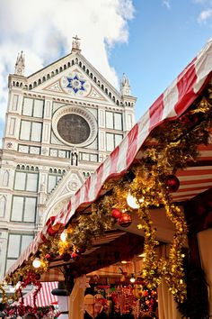 Florence - as many other cities on the World - has beautiful Christmas Lights decoration during Winter Seasons. Discover the best streets and squares with interesting Christmas light decorations.