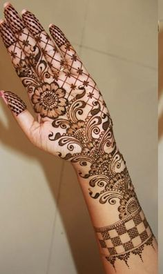 Floral mehndi designs will add beautiful looks to your hands. when you apply with henna paste, the designed comes in Arabic and Indian styles. This Mehandi that gives a beautiful look to the hands. Arabic Bridal Mehndi Designs, Indian Mehndi Designs, Latest Mehndi Designs, Simple Mehndi Designs, Mehndi Designs For Hands, Henna Tatoos, Mehndi Tattoo, Henna Tattoo Designs, Henna Mehndi