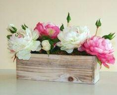Como Fazer Vaso de Cimento: +77 Modelos e Passo a Passo Fácil Wood Box Centerpiece, Succulent Centerpieces, Rustic Wedding Centerpieces, Party Centerpieces, Diy Wood Box, Wood Boxes, Flower Planters, Flower Vases, Floral Flowers