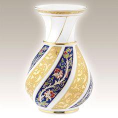 El Yapımı Vazo No. 30  Kütahya Porselen Ürün Kodu : BR20VZ013880    El Yapımı Vazo klasik Osmanlı motifleri ve sırüstü tekniği ile saf altınyaldız kullanılarak özel olarak üretilmiştir.