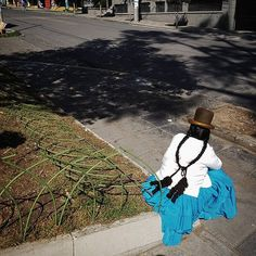 Pollera! #chola #cholita #bolivia #bolivie #everydaybolivia #everydaylatinamerica #lapaz #street #peoples #peopleoftheworld #lapaz #shadows #sanmiguel #colorful #colors #instagood #instacool #instadaily #picoftheday #instamood #womenoftheworld #pollera #tradition