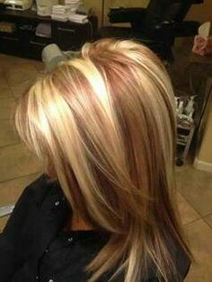 Mechas caramelo en cabello rubio.