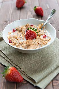 Płatki śniadaniowe - przegląd. Rodzaje płatków: płatki owsiane, płatki jaglane, otręby, musli. Jak przygotować zdrowe śniadanie?