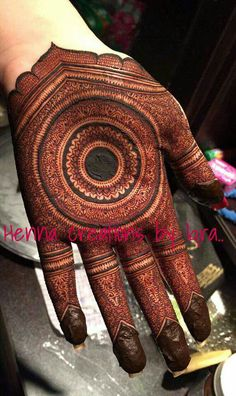 So intricate and neat henna Indian Henna Designs, Henna Art Designs, Mehndi Designs 2018, Mehndi Designs For Girls, Modern Mehndi Designs, Dulhan Mehndi Designs, Mehndi Design Pictures, Wedding Mehndi Designs, Beautiful Mehndi Design