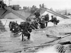 Juno Beach D-Day Landings Troops from the Royal Marines at Saint-Aubin-sur-mer on Juno Beach, Normandy, France, during the D-Day landings, June (Photo by Hulton Archive/Getty Images) Normandy Beach, D Day Normandy, Normandy France, Normandy Ww2, Us Marines, Royal Marines, D Day Photos, British Commandos, Marine Commandos