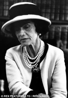 Coco Chanel - Statement Necklaces: The New Power Dressing Prop Estilo Coco Chanel, Coco Chanel Fashion, Chanel Style, Only Fashion, Fashion News, High Fashion, Fashion Trends, Coco Chanel Pictures, Mademoiselle Coco Chanel