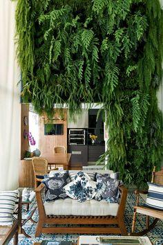 Projeto de SELMA DE SÁ MOREIRA.  Adaptado na fase do acabamento, o apartamento em São Paulo ganhou jardim vertical na varanda e décor com peças de família.