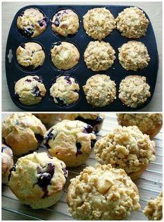 Cynthia Barcomi ist laut dem deutschen Magazin LECKER die Muffin-Expertin schlechthin. Da ich meine letzten Muffins in Punkto Aussehen und Fluffigkeit in schlechter Erinnerung habe, legte ich also große Hoffnung in die abgedruckte Schritt-für-Schritt-Anleitung. Hatte ich beim letzten Mal etwa Grundregel Nummer 1 gebrochen und den Teig mit dem Handmixer gerührt? Ich weiß es leider … Apple Cinnamon Muffins, Cinnamon Apples, Crepe Cake, Sweet Bakery, Chocolate Muffins, Blueberry Chocolate, Eat Smart, Baked Apples, Vegan Cake