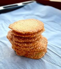 Sweet Crunchy Sesame Crisps, it's so addictive! Is it a cracker? They're sweet enough to much with a cup of coffee or tea, and they're savory enough to dip into a bowl of hummus. Sesame Cookies, Cookie Recipes, Dessert Recipes, Cookie Crisp, Asian Desserts, Sweet Recipes, Food To Make, Sweet Tooth, Crackers
