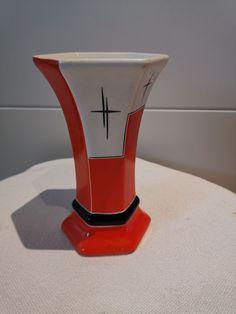 sehr dekorative kleine Art Deco Vase in sechseckiger Form, mit rot - schwarz – weiß Ornamentik,  um 1920- 1930  am Boden gemarkt mit Majolika Celeja und Krone Höhe ca. 16,5 cm,  Durchmesser obere Öffnung ca. 10,5 cm