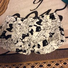 "Forever 21 Black & White Rose Print Shorts ⚜✅ CONDITION: perfect condition never wore , no stains, no holes, no discoloration  ⚜✅COLOR: black and white ⚜✅FIT: not quite sure but it's 14"" long so I think a 00to 3 TOO SMALL FOR A 5 ⚜✅SIZE:00 - 3 ⚜✅WILL : allow offers on anything  ⚜✅NOT: trading Forever 21 Shorts"