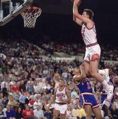 A Histórica Enterrada de Tom Chambers do Suns por cima do adversário do Knicks.
