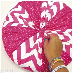 Yhdistele värikkäitä kangaskuoseja, ja ompele soma pyöreä tilkkutyyny. Katso ohje ja onnistu!