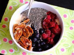 Desayuno de Yogur con Chía, Arándanos y Nueces - QueRicaVida.com
