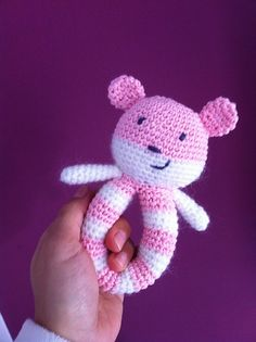 Pattern] This Easy To Make Baby Rattle Is So Adorable [Free Pattern] This Easy To Make Baby Rattle Is So Adorable! - Knit And Crochet Daily[Free Pattern] This Easy To Make Baby Rattle Is So Adorable! - Knit And Crochet Daily Crochet Baby Blanket Beginner, Crochet Baby Toys, Crochet Toys Patterns, Crochet Gifts, Cute Crochet, Crochet For Kids, Stuffed Toys Patterns, Crochet Dolls, Baby Knitting