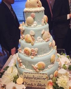 「海」をテーマに結婚式を行われた卒花嫁「szk.wedding」さま。おふたりのウェディングケーキには、貝殻やスターフィッシュなどのモチーフが飾られていて、ケーキ周りの装花もリゾート風にコーディネートされています。