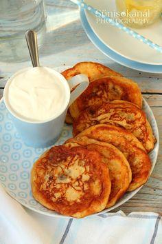 Mazsolás szirnyiki édes tejfölöntettel Waffles, Pancakes, Cake Cookies, French Toast, Breakfast, Food, Morning Coffee, Essen, Waffle