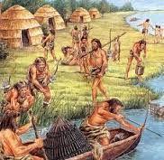 Hier zie je dat de jagers aan het jagen zijn op vissen. Dat deden altijd de mannen. Het gebeurde in de prehistorie. Het hoort bij de economie