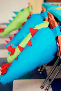 Está procurando ideias para o tema Festa dinossauros? Aqui eu reuni várias inspirações com, roupas, bolos, decorações e muito mais. Vem ver!