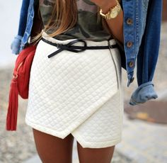 White quilted skirt and denim jacket for chic street style. Fashion Mode, Womens Fashion, Fashion Trends, Street Fashion, Fashion Beauty, Cher Horowitz, Quilted Skirt, Quoi Porter, Winter Stil