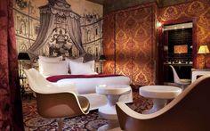 Dormitorio diseñado por Christian Lacroix en el barrio de Le Marais en París