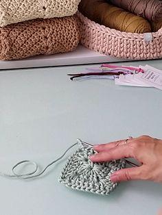 Crochet Bag Tutorials, Crochet Stitches For Beginners, Crochet Stitches Patterns, Crochet Videos, Crochet Designs, Crochet Projects, Crochet Beach Bags, Crochet Tote, Crochet Handbags