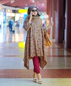 Dian Pelangi - maybe with a different plain flowy material Batik Fashion, Abaya Fashion, Modest Fashion, Fashion Outfits, Fashion Muslimah, Stylish Hijab, Hijab Chic, Blouse Batik, Batik Dress