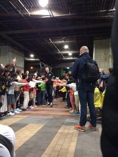 鉄道博物館では沢山の子供達がお出迎え~選手が来る30分以上前から、今か今かと首を長くして待っていました。歓声の嵐とともに、子供達が作る花道を通り、選手たちは鉄道博物館に到着です! #さいたまクリテリウム #jspocycle