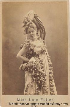 Miss Loïe Fuller, souvenir des Folies Bergères, ca. 1893, photo: anonyme