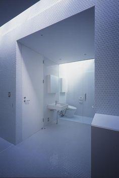『コンセント』空間を最大限確保した廊下がない住まいの部屋 白い丸モザイクタイルの洗面・トイレ