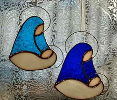 Madonna and child suncatchers. Stained Glass Ornaments, Stained Glass Christmas, Stained Glass Suncatchers, Stained Glass Designs, Stained Glass Projects, Fused Glass Art, Stained Glass Patterns, Glass Christmas Ornaments, Stained Glass Angel