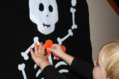 Looking for a fun Halloween kids game? Try making this Pin the Heart on the Skeleton Halloween Kids Game! Toddler Halloween Games, Halloween Yarn, Halloween Party Games, Halloween Crafts For Kids, Halloween Skeletons, Halloween Activities, Holidays Halloween, Spooky Halloween, Halloween Themes