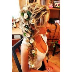 Flowers in hair ❤ liked on Polyvore featuring hair, hairstyles and beauty