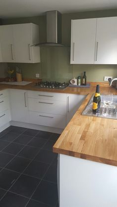 Oak worktops with white gloss frontals