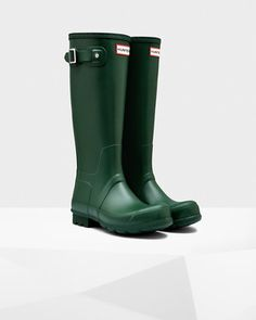 Hunter Men's Original Tall Rain Boots: Green - Us 11 Mens Hunter Rain Boots, Hunter Boots Store, Hunter Wellies, Rubber Shoes, Rubber Rain Boots, Der Gentleman, Rainy Day Fashion, Wellington Boot, Cool Boots