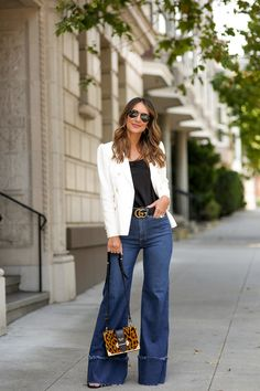 White linen blazer outfit street style The Effective Pictures We Offer You About Blazer Outfit winter A quality picture can tell you many things. Blazer Outfits Casual, Flare Jeans Outfit, Blazer Outfits For Women, Denim Flare Jeans, Jeans Outfit Summer, Denim Flares, Jean Outfits, Jeans Style, Outfits With Bootcut Jeans