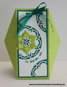 Heute gibt es wieder einen Kreativ-Blog-Hop. Diesmal wollen wir euch ein paar schöne Ideen zum Thema Verpackungen zeigen. Zu diesem Thema möchte ich euch diese Geschenktüte zeigen, die mein 3.Projekt vom Workshop letztes Wochenende war. Die Teilnehmerinnen konnten sich aussuchen, ob sie die Tüte in Limette/Smaragdgrün oder in Aquamarin/Jeansblau machen wollten. Verwendet haben wir dazu […]