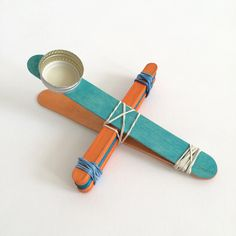 Making Lolly Pop Stick Catapults with the Kids Catapult For Kids, Popsicle Stick Catapult, Popsicle Stick Houses, Popsicle Stick Crafts, Craft Stick Crafts, Lollypop Stick Craft, Lollipop Sticks, Craft Projects For Kids, Diy For Kids