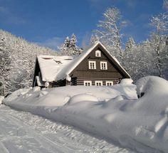 Zima je v Krkonoších nádherná. Užijte si dovolenou i lyžování naplno a večer se pobavte s přáteli v luxusně zařízené chalupě. Snow Decorations, Cabin, House Styles, Home Decor, Decoration Home, Room Decor, Cabins, Cottage, Home Interior Design