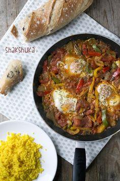 Shakshuka is een gerecht dat ik vaak ben tegengekomen, maar nog niet zelf had gemaakt. Daarom werd het wel eens tijd. Ten eerste moet ik er aan denken dat ik het goed schrijf, ik schreef voor dit artikel online kwam namelijk shakashuka. Maar het is dus shakshuka. Het is een eenpansgerecht met groenten, tomatensaus en... LEES MEER...
