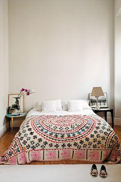 Dormitorio con una preciosa colcha India y nuestra querida #Tolomeo de @artemideworld  en la mesilla | Imagen © Ricardo Labougle