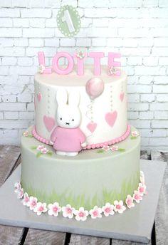 Een lieve Nijntje taart   Een lieve Nijntje taart voor Lotte moest het worden. Haar eerste verjaardag wordt midden in het land gevierd, omdat alle familie over het hele land verspreidt woont. Dus zo kan het gebeuren dat een verjaardagstaart vanuit Maastricht besteld wordt.  Omdat het om een klein meisje gaat,