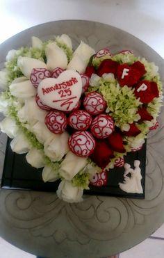Arreglo de corazón, super romántico con fresas decoradas con chocolate, rosas naturales, corazón de chocolate. By kika carlón. Floristería Delicatessen