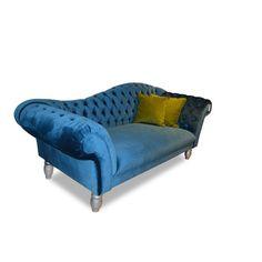 Stylowa sofa tapicerowana w oryginalnym wykonaniu. Charakteryzuje się pikowanym oparciem oraz zakrzywionymi podłokietnikami. Sofa nada uroku każdemu wnętrzu, można ją wykorzystać w dowolnym pomieszczeniu.