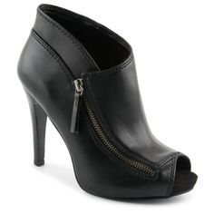 Sweeping lines lend an elegant touch to the Eleazor women's shoe from Nine West®