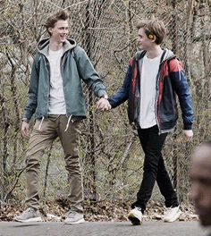Evak! Skam!!   alt er love — minuttet:   isak and even walking to school